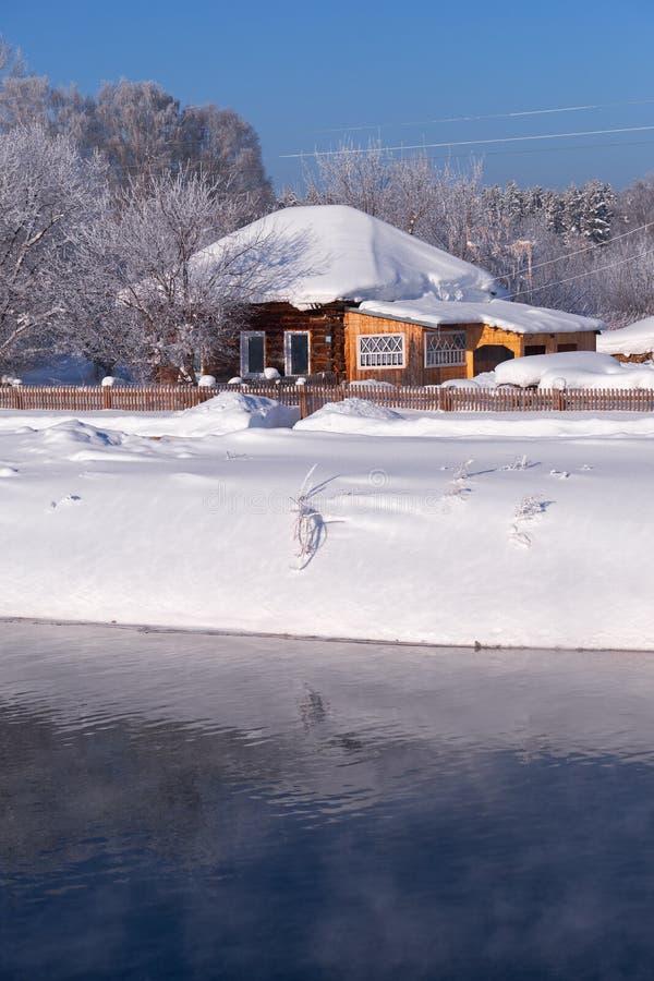 Altai kraju rosyjska wioska Talitsa pod zima śniegiem na banku rzeka zdjęcie royalty free
