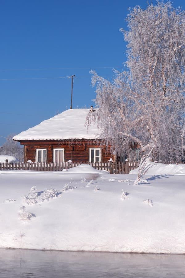 Altai kraju rosyjska wioska Talitsa pod zima śniegiem na banku rzeka obraz stock