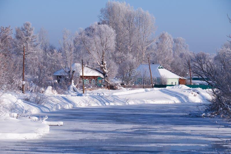 Altai kraju rosyjska wioska Talitsa pod zima śniegiem na banku rzeka obrazy stock