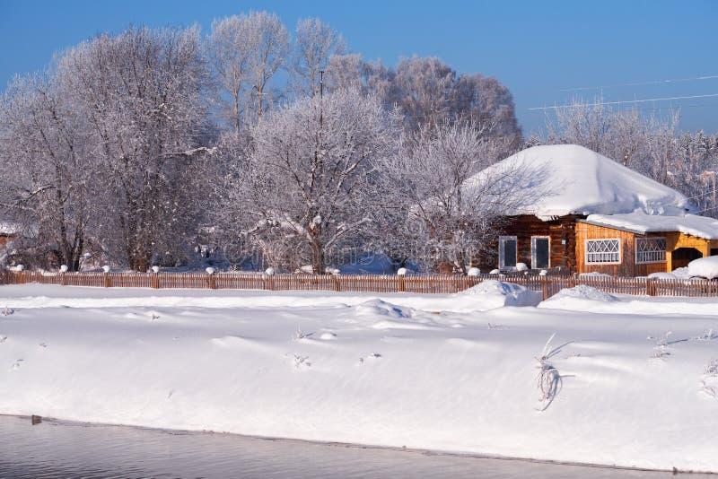 Altai kraju rosyjska wioska Talitsa pod zima śniegiem na banku rzeka fotografia royalty free