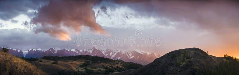 Altai, meseta de Ukok Puesta del sol hermosa con las montañas en el fondo Otoño de los picos nevados Viaje a través de Rusia, Alt imagen de archivo