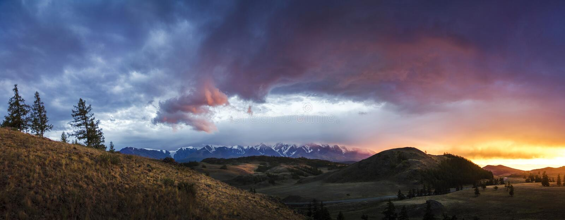 Altai, platô de Ukok Por do sol bonito com as montanhas no fundo outono dos picos nevado Viagem através de Rússia, Altay imagens de stock