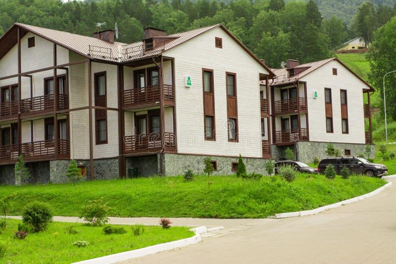 Altai, Rusland, 3 Augustus, 2018, een hotel complex in de bergen van Altai stock afbeelding