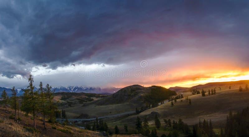 Altai Ukok platå Härlig solnedgång med berg i bakgrunden Höst för snöig maxima Resa till och med Ryssland, Altay arkivfoto