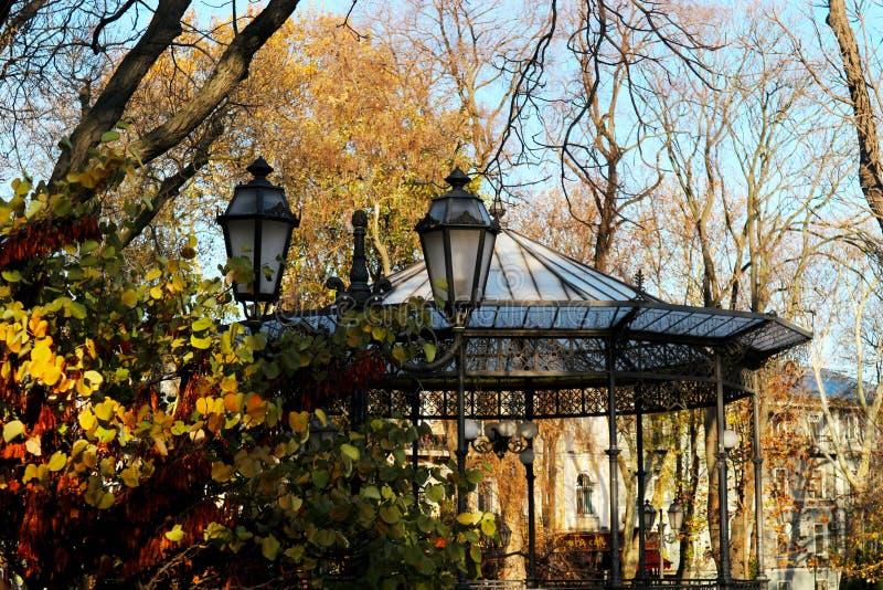 Altana w jesieni miasta ogródzie w Odessa obraz stock