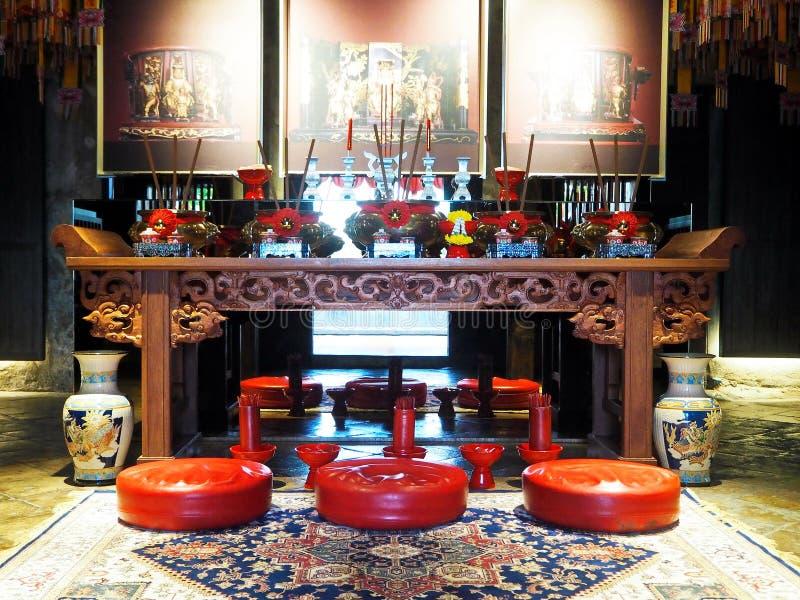 Altar antigo chinês e assentos vermelhos da adoração imagem de stock