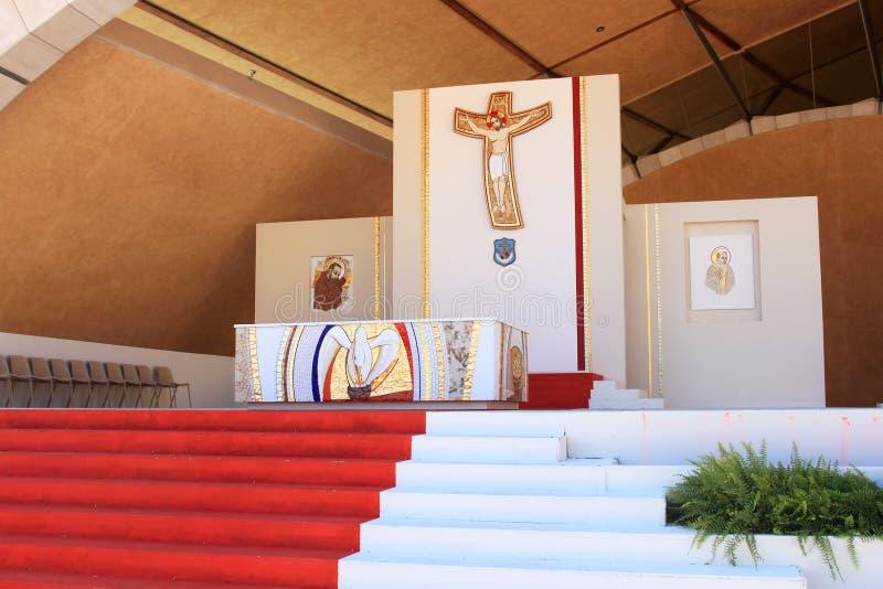 Altar außerhalb der Feldgeistlichen Pio Pilgrimage Church, Italien lizenzfreie stockfotos