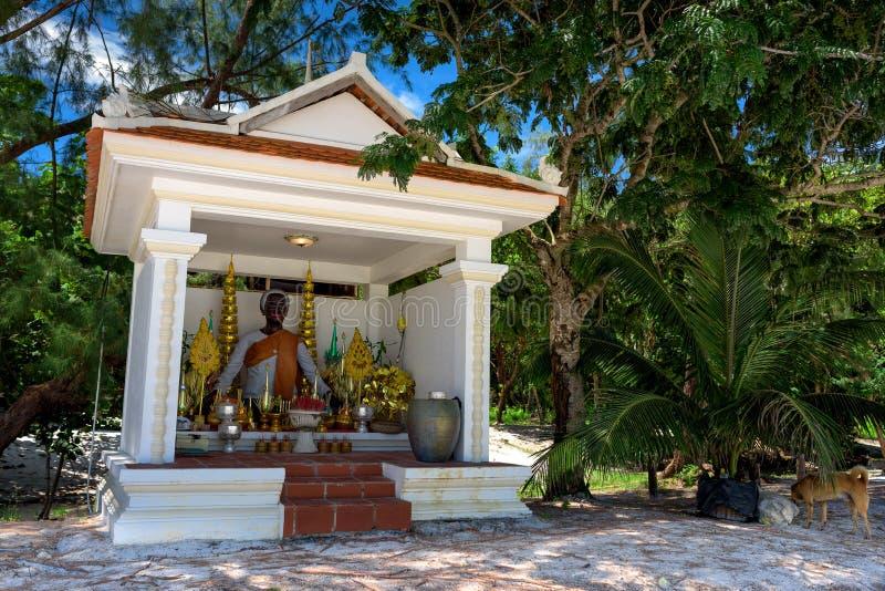 Altar branco bonito da Buda na praia imagem de stock royalty free