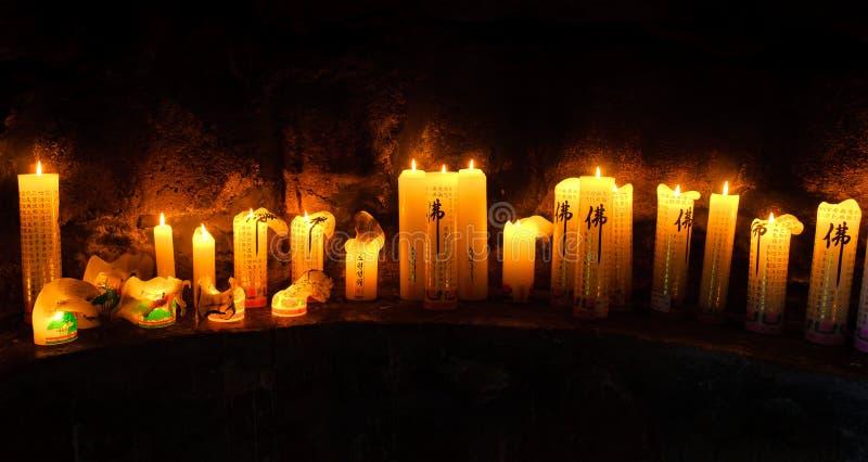 Altar budista com velas no templo de Gwaneumsa na ilha de Jeju imagens de stock
