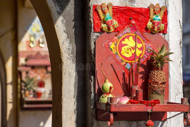 Altar budista da rua pequena, Penang, Malásia fotografia de stock