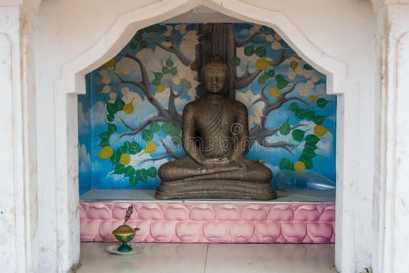 Altar budista perto do templo foto de stock