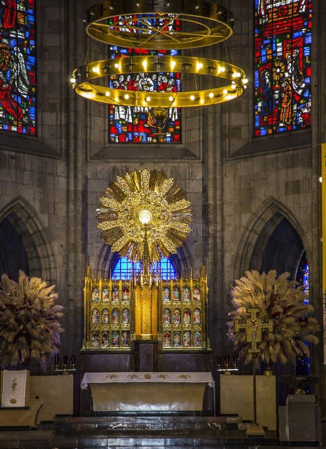 Altar con el anfitrión consagrado en iglesia católica en Guadalajara, M fotos de archivo