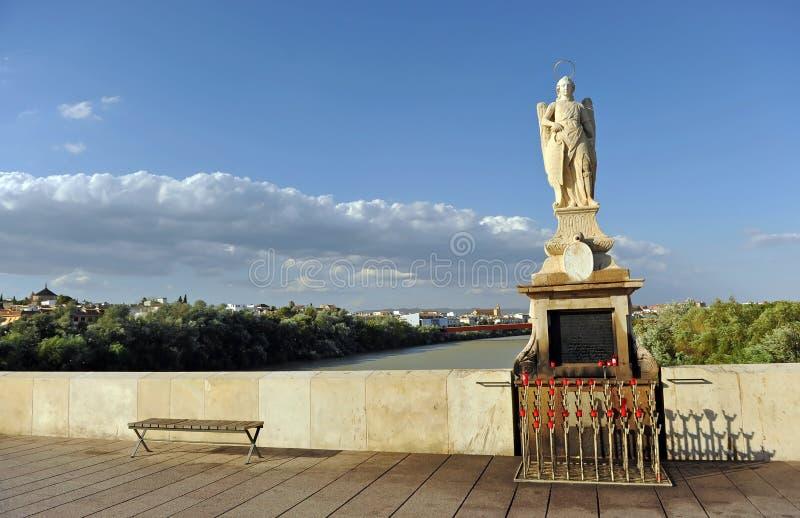 Altar con la estatua de St Raphael San Rafael del arcángel en Roman Bridge Córdoba, Andalucía, España imagenes de archivo