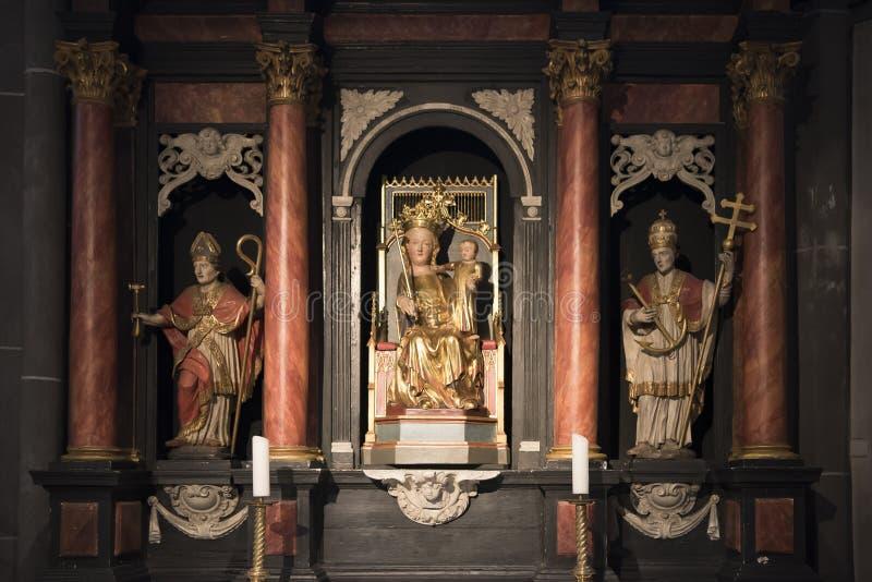 Altar con la estatua St Mary y el niño Jesús fotografía de archivo