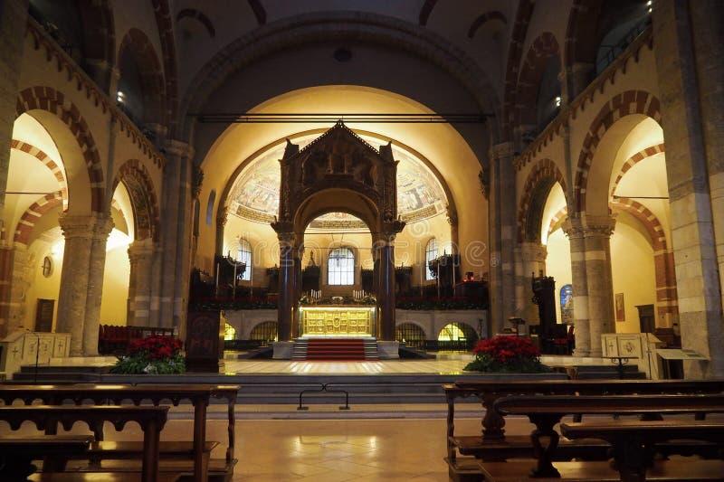 Altar da basílica de Sant Ambrogio, uma das igrejas as mais antigas em Milão fotos de stock royalty free