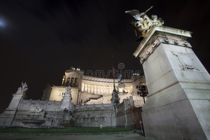 Altar da noite do templo da pátria (praça Venezia - Roma) imagem de stock