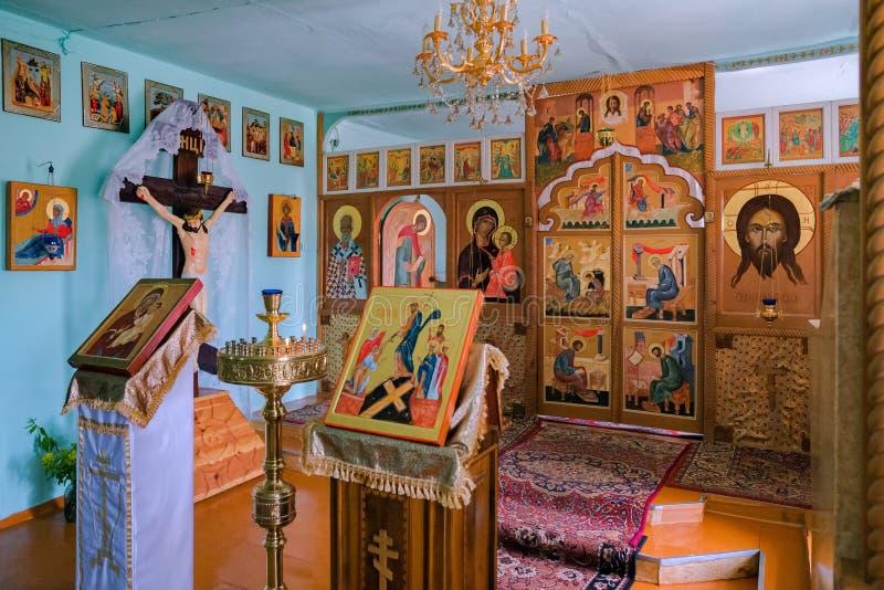 Altar da oração com ícones escritos à mão no interior da igreja do russo da vila fotografia de stock