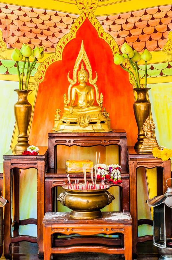 Altar de Buddha em um templo do budhist fotos de stock royalty free