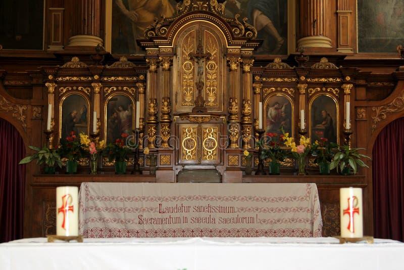 Altar de la iglesia del capuchón de Bolzano, Italia fotos de archivo