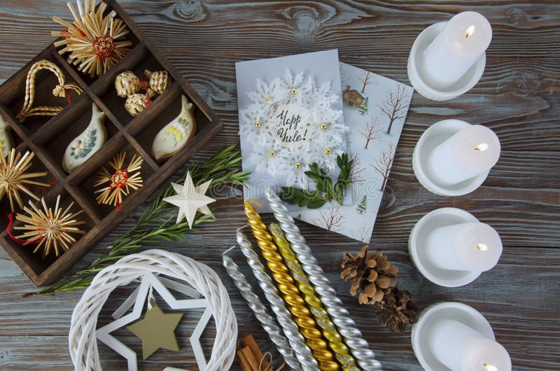 Altar de la Navidad con la postal del d?a de fiesta fotografía de archivo