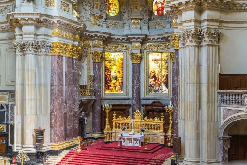 Altar de los Dom del berlinés, iglesia del biggist de Berlín, Alemania foto de archivo libre de regalías