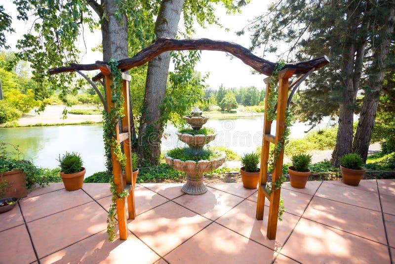 Altar de madera de encargo de la pérgola de la boda fotos de archivo