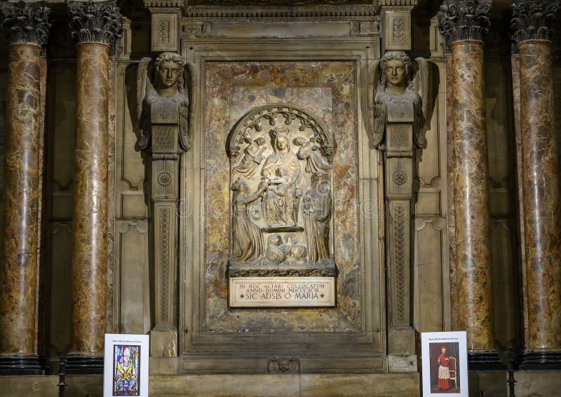 Altar de Maria por los di Milano, la iglesia de Pelligrini, de Milan Cathedral o del Duomo de la catedral de Milán, Lombardía, It fotografía de archivo