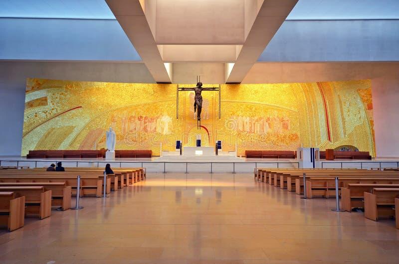 Altar de una iglesia moderna fotos de archivo