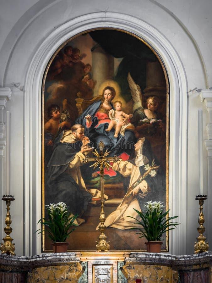 Altar dedicado à Virgem Maria com a pintura que descreve o v fotos de stock royalty free