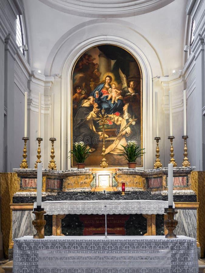 Altar dedicado à Virgem Maria com a pintura que descreve o v foto de stock
