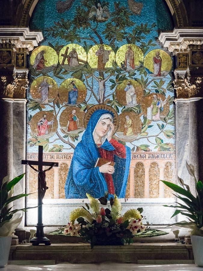 Altar dedicado à Virgem Maria descrita em um mosaico colorido imagens de stock