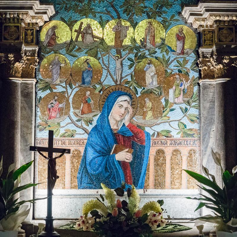 Altar dedicado à Virgem Maria descrita em um mosaico colorido imagens de stock royalty free