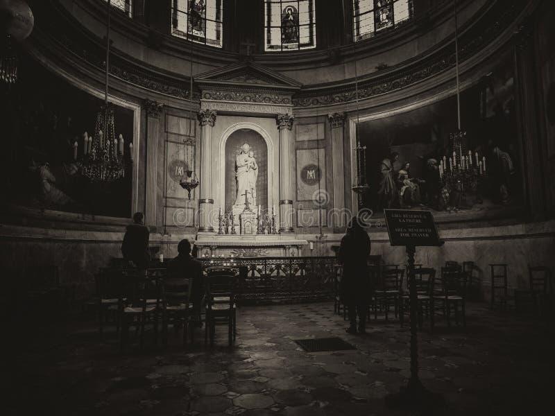 Altar dedicado à Virgem Maria e ao bebê Jesus dentro do Bas imagem de stock royalty free