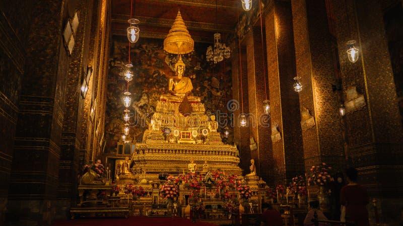 Altar dentro del templo, Bangkok, Tailandia imagen de archivo