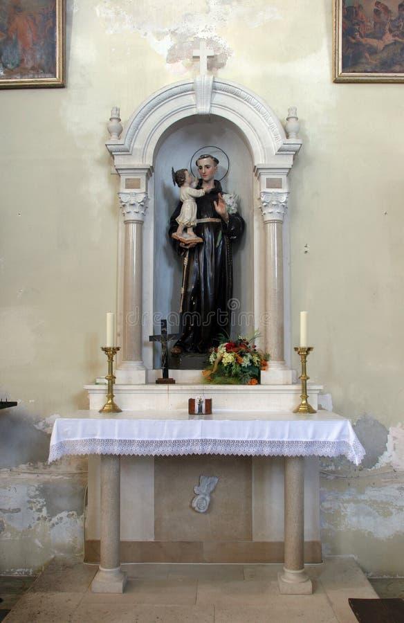 Altar des St Anthony von Padua in der Kirche des Helfers der Christen in Orebic, Kroatien stockbilder