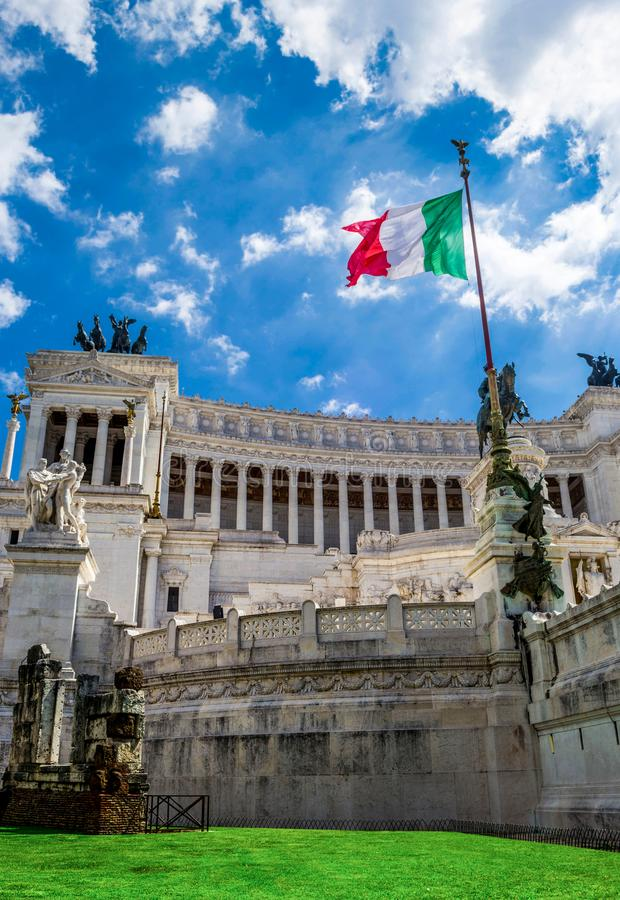 Altar des Vaterland Altare-della Patria, alias das Nationaldenkmal zu Vittorio Emanuele II mit italienischer Flagge - ROM stockbild