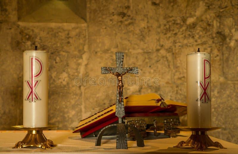 Altar do padre com velas e Bíblia fotografia de stock royalty free