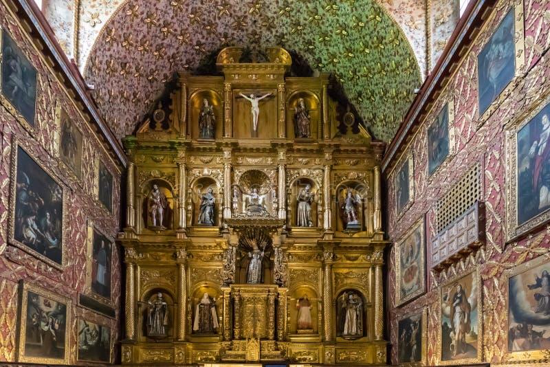 Altar dourado da igreja de Bogotá Santa Clara fotografia de stock royalty free