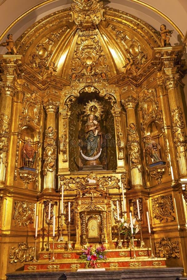 Altar dourado Santa Iglesia Collegiata Madrid Spain da basílica fotos de stock