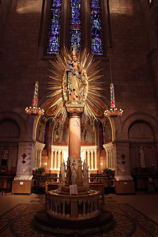 Altar en catedral imagen de archivo