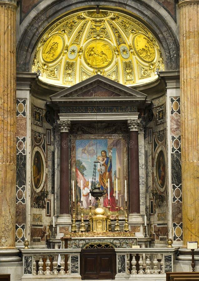 Altar en la basílica de San Pedro foto de archivo libre de regalías