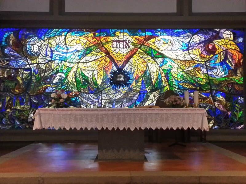 Altar en la iglesia moderna en Florencia, Italia fotos de archivo libres de regalías