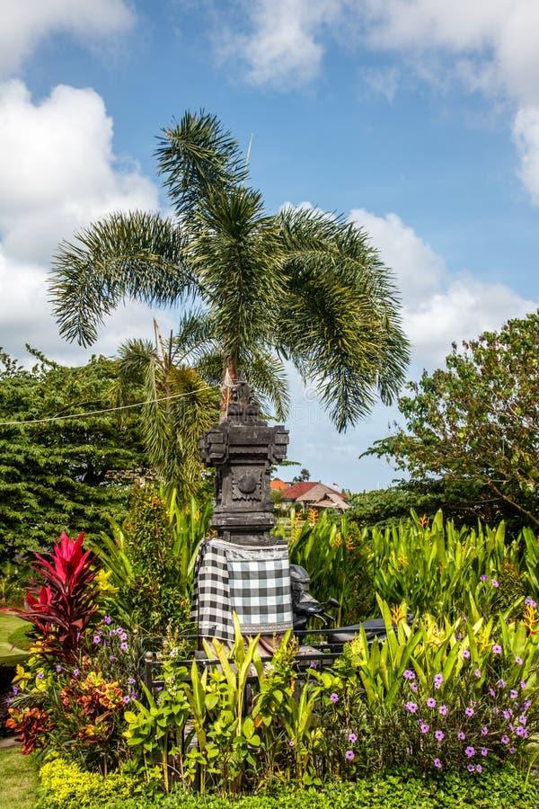 Altar hindu tradicional da pedra da rua do Balinese Bali, Indonésia foto de stock royalty free