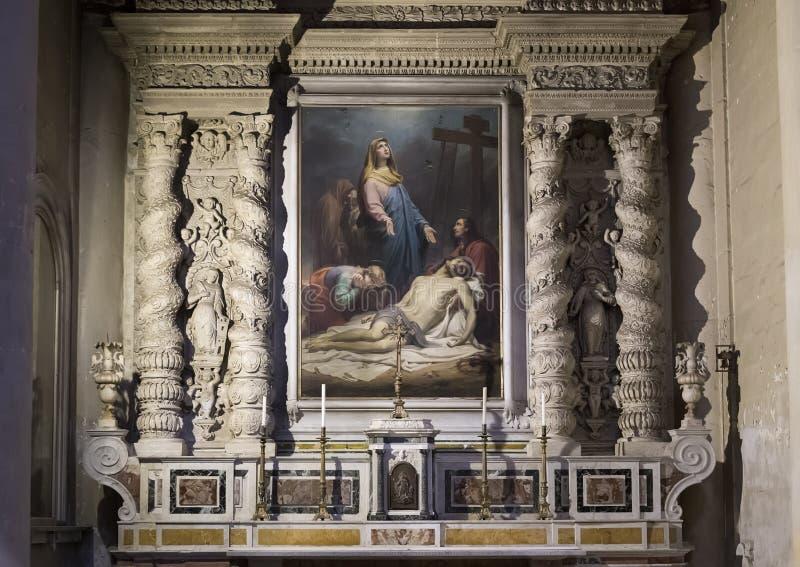 Altar lateral de la catedral del Duomo que ofrece una pintura con Maria que está de luto sobre el Jesús muerto en Lecce, Italia imágenes de archivo libres de regalías