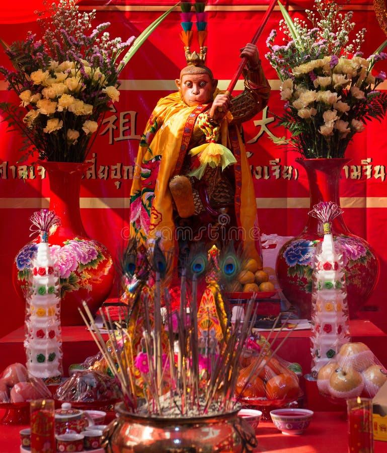 Altar lunar chino del Año Nuevo con el rey del mono en Chinatown imágenes de archivo libres de regalías