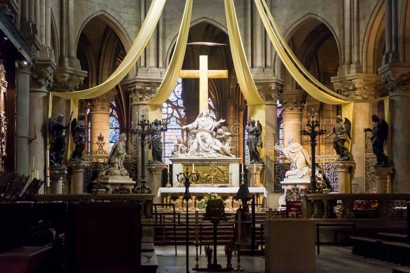Altar maggiore del Notre Dame de Paris fotografie stock