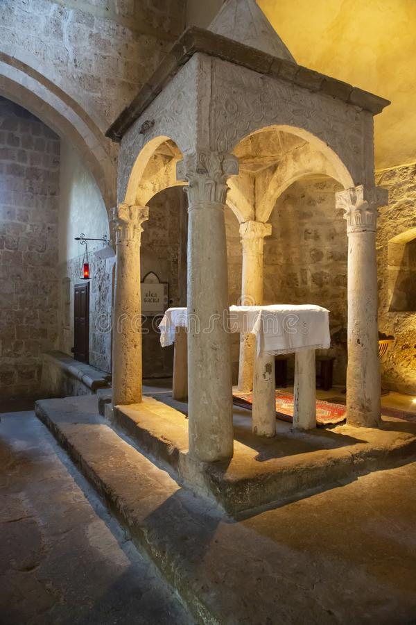 Altar muito antigo da igreja do romanesque de Sovana, Itália imagem de stock royalty free