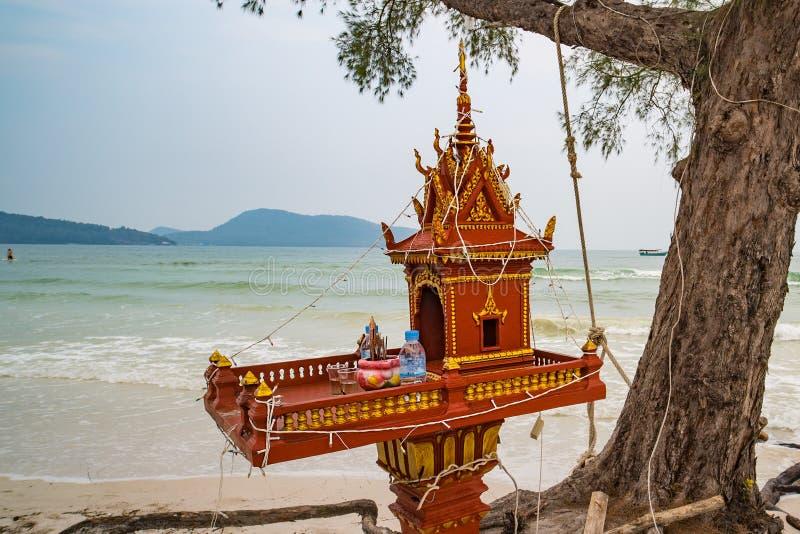 Altar na ilha e na vista de surpresa do mar azul, constru??o religiosa casa dos esp?rito imagem de stock royalty free