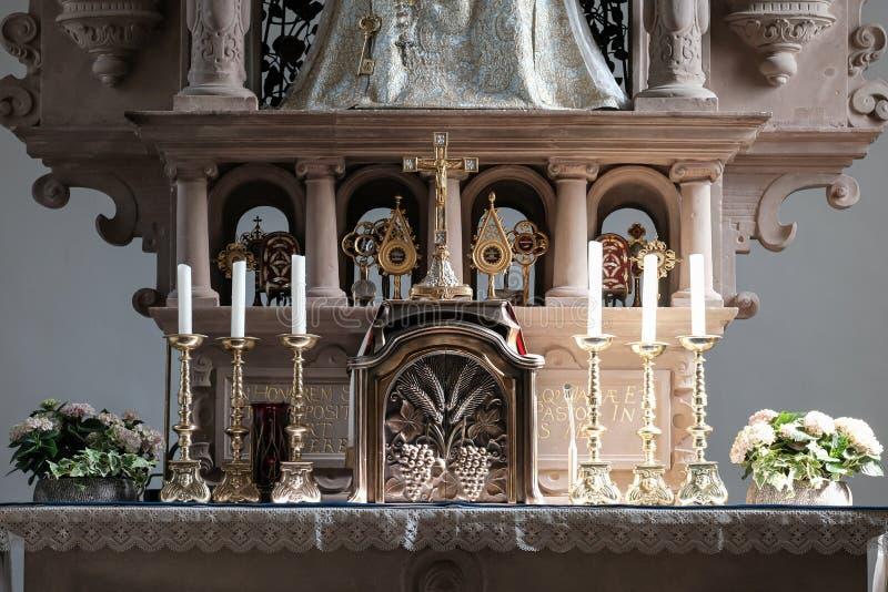 Altar nella cappella cattolica immagini stock