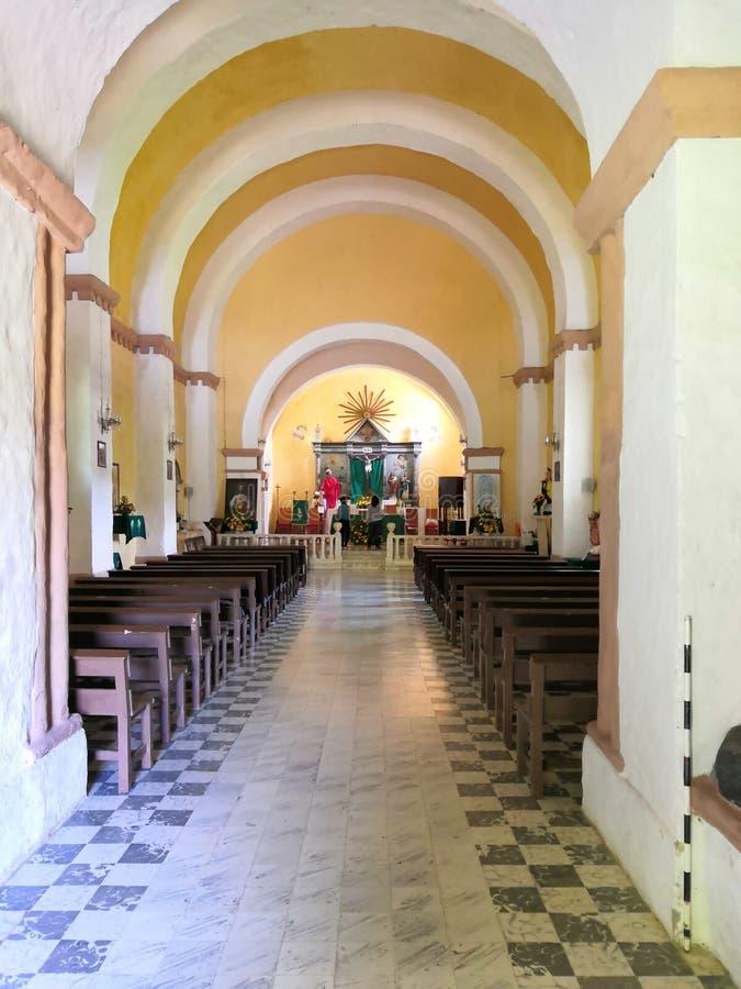 Altar nella chiesa cattolica immagine stock